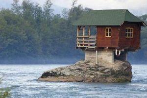 Ngôi nhà độc dị cheo leo trên mỏm đá, hút trăm khách mỗi ngày