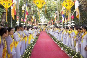 Hàng ngàn người đi bộ 4km rước Phật về cử hành Đại lễ Phật đản