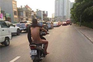 Nắng nóng hơn 40 độ, người đàn ông vẫn vô tư trần truồng chạy xe trên phố