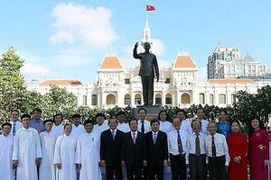 Dâng hương tưởng niệm Chủ tịch Hồ Chí Minh tại thành phố mang tên Bác