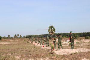 Kiểm tra thực hành bắn súng, ném lựu đạn cho chiến sỹ mới