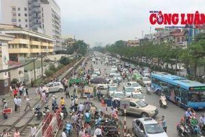 Cảnh báo mất an toàn giao thông đường sắt trước cổng Bệnh viện Bạch Mai