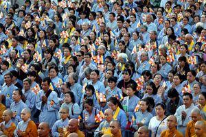 Hàng ngàn phật tử mừng đại lễ Phật đản ở Việt Nam Quốc Tự
