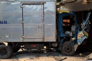 Nam Định: Xe tải mất lái lao vào nhà dân