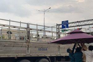 CSGT căng dù che mưa cho thi thể cô gái bị xe tải cán tử vong
