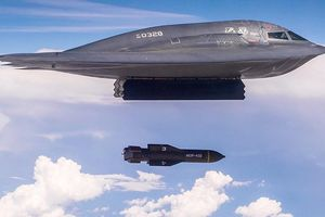 Mỹ sử dụng B-2 thử nghiệm bom xuyên khổng lồ, đe dọa Iran, Bắc Triều Tiên