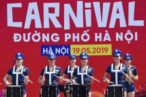 Nắng nóng hơn 40 độ, các vũ công vẫn nhảy múa hết mình tại lễ hội Carnival đường phố ở Hà Nội