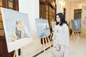 Những bức tranh quý về Bác Hồ được trưng bày tại Nhà hát Lớn