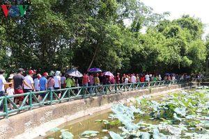 Hàng nghìn người về thăm quê Bác