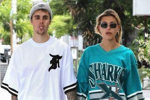 Justin Bieber thản nhiên dạo phố bên vợ khi Selena tuyên bố lấy chồng