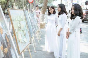 Triển lãm tranh về Bác Hồ tại phố đi bộ hồ Hoàn Kiếm