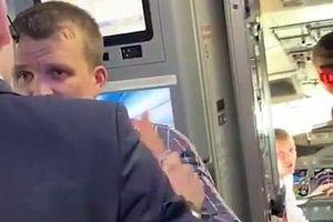Hành khách hốt hoảng khi 'gã say' hành hung dữ tợn, làm gãy chân tiếp viên hàng không