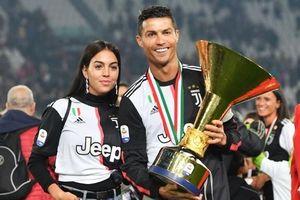 Bạn gái xinh đẹp xuống sân ăn mừng vô địch cùng Ronaldo