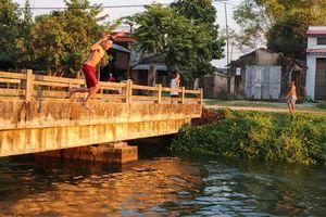 Trẻ nhỏ bì bõm dưới kênh trong ngày Quảng Nam nóng 40 độ C