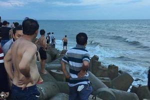 Nhóm học sinh đuối nước khi tắm biển, 2 em tử vong