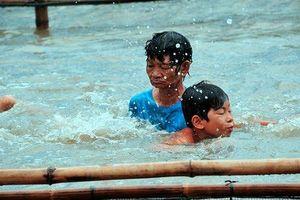 Người phụ nữ nghèo hơn 15 năm dạy bơi miễn phí cho trẻ em