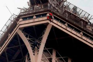 'Người nhện' cheo leo trên tháp Eiffel, du khách sơ tán
