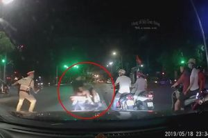 Cố tình vượt đèn đỏ trốn CSGT, 2 thanh niên đi xe máy nhận cái kết đắng