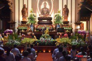 Hàng nghìn Phật tử và người dân đổ về tu viện ở Sài Gòn để thả đèn hoa đăng nhân đại lễ Phật đản