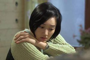 Đêm nào vợ cũng xõa tóc đứng đầu giường nhìn chồng, biết lý do chồng ôm mặt bật khóc