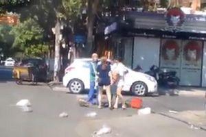 Đánh tới tấp nữ lao công vì bị nhắc nhở vứt rác bừa bãi, chủ shop quần áo phân trần