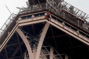 Người đàn ông lơ lửng trên tháp Eiffel
