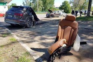 Audi Q7 đâm vào cột đèn, thân xe đứt làm đôi