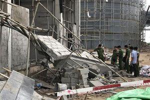 Sập công trình đang thi công, 2 người chết