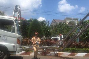 Xe tải tông sập cổng chào bằng sắt, người đi đường may mắn thoát nạn