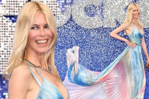 'Huyền thoại làng mốt' Claudia Schiffer trẻ đẹp, váy tôn ngực gợi cảm ở tuổi 49