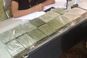 Mẹ và con trai bị cảnh sát bắt giữ trên đường vận chuyển 30 bánh heroin