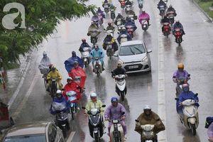 Cơn mưa xuất hiện sáng 21/5 khiến thời tiết Hà Nội trở nên mát mẻ