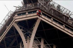 Pháp sơ tán khẩn cấp tháp Eiffel vì có người trèo bên ngoài