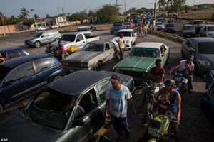 Thảm cảnh ô tô xếp hàng cả cây số, tài xế vật vã chờ 24 tiếng để đổ xăng