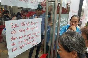 Cận cảnh Auchan 'vỡ trận' do dân đổ xô mua hàng giảm giá