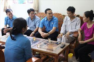 LĐLĐ tỉnh Lào Cai tặng quà công nhân sản xuất trực tiếp