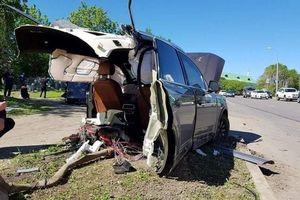 Tai nạn hy hữu: Audi đâm vào cột đèn gãy làm đôi