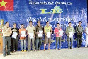 Trao quyết định nhập quốc tịch Việt Nam cho 38 người Lào