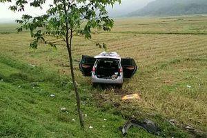 Ô tô chở hài cốt liệt sĩ mất lái lao xuống ruộng
