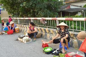 Thách thức 'tử thần', người dân họp chợ ngay trên cầu