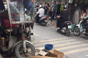 Xe ba bánh lật nghiêng đè người đàn ông tử vong trên phố Hà Nội