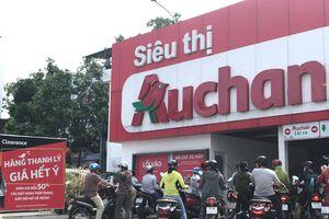 Người dân tranh 'dọn' hàng giảm giá tại 15 siêu thị Auchan