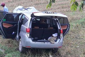 Xe chở hài cốt liệt sĩ mất lái đâm vào cột mốc, lao xuống ruộng