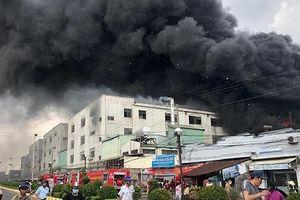 Cháy dữ dội xưởng sản xuất băng keo tại Bình Dương