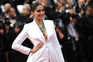 'Biểu tượng sắc đẹp Ấn Độ' gợi cảm với mốt không nội y trên thảm đỏ Cannes