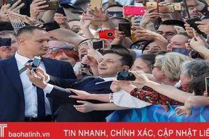 Tân Tổng thống Ukraine đập tay, hôn trán, chụp ảnh selfie với người dân trong lễ nhậm chức