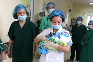 20 bác sĩ phối hợp giúp thai phụ ung thư vú đã di căn sinh con