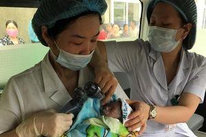 Cảm động người mẹ bị ung thư giai đoạn cuối ngủ ngồi suốt 2 tháng để giữ con