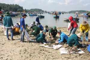 Quảng Ngãi: Xã Bình Đông ra quân thu gom rác thải dọc vùng cửa biển Sa Cần