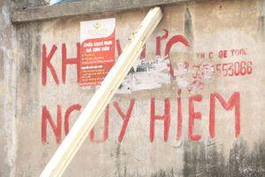 Người dân liều mình sinh hoạt dưới bức tường 'tử thần' phải dùng cột gỗ chống